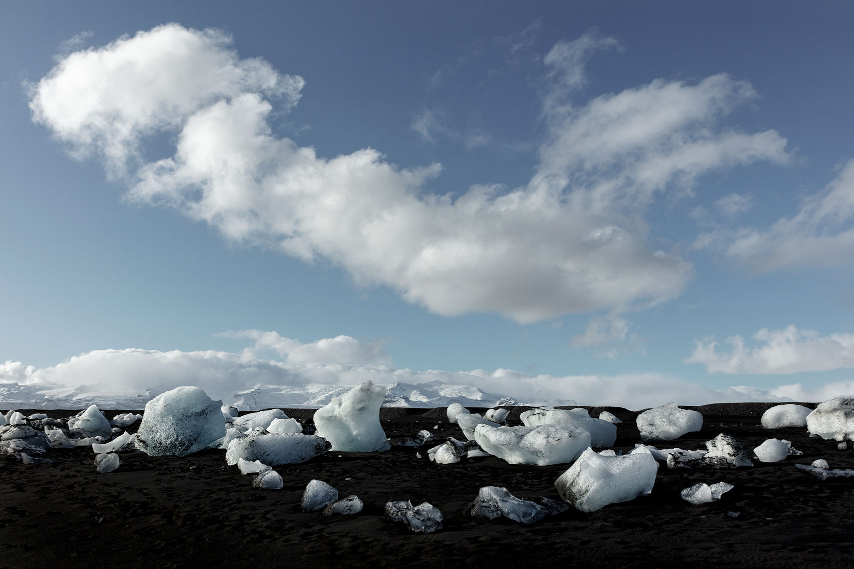 Diamond-beach-ice-chunks-and-black-sand